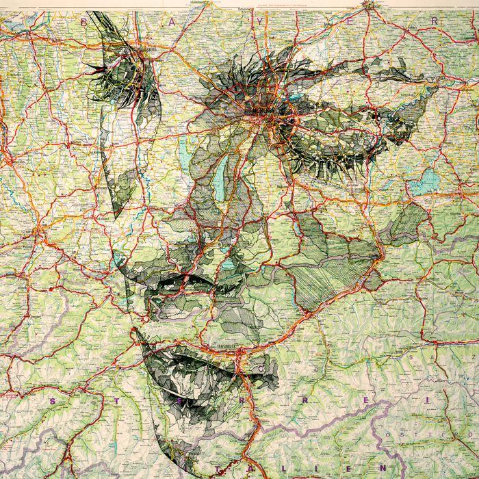 Het gebruik van een oude landkaart
