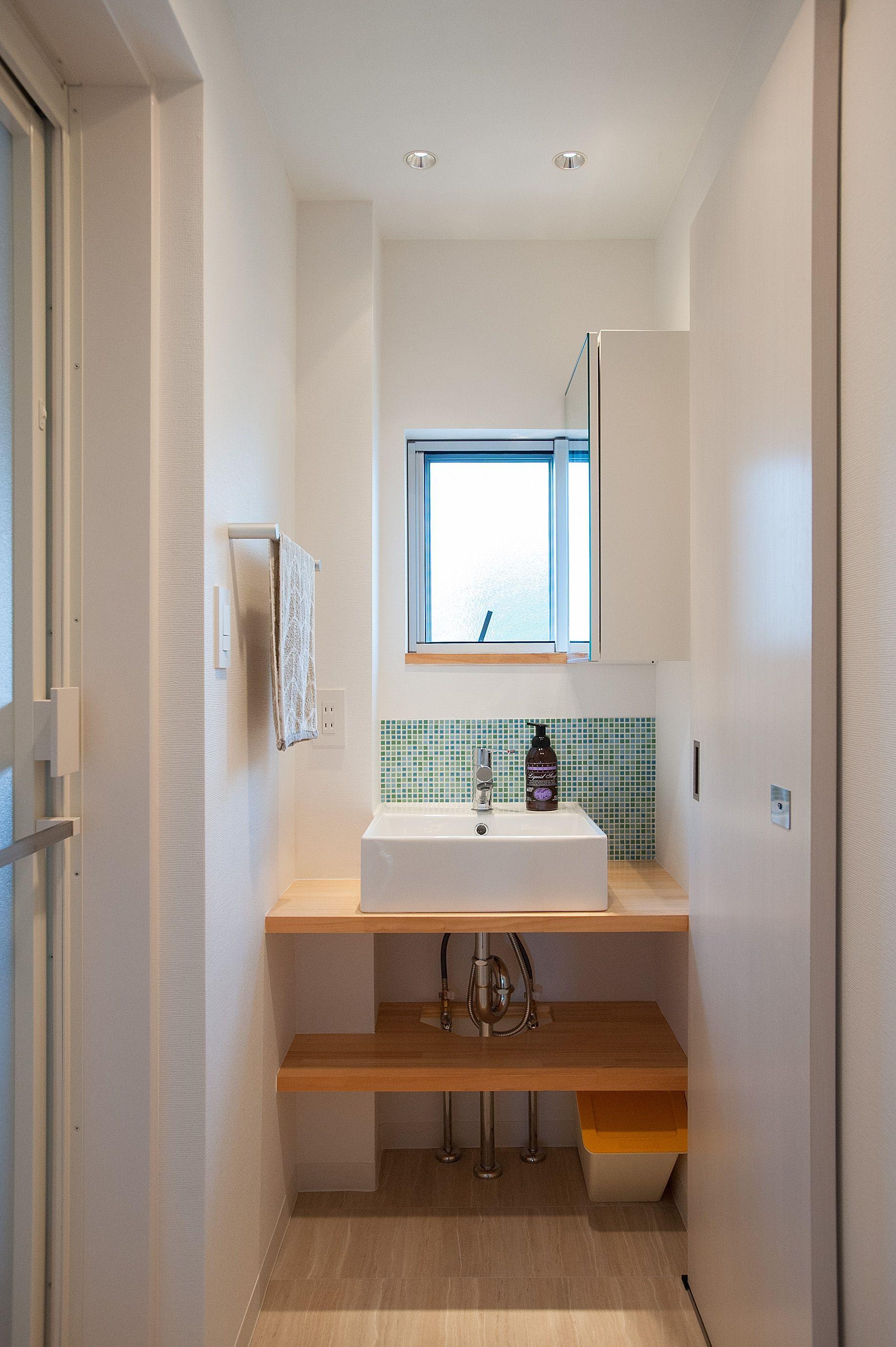 パウダールームには洗面室の正面には窓があり 何も取りつける事が出来