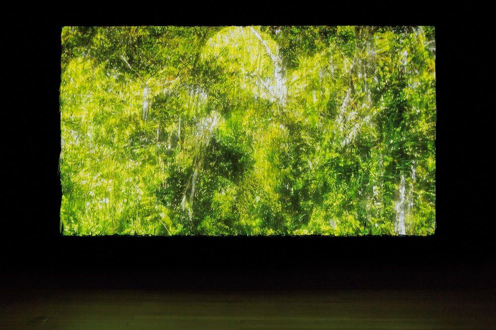 """Obras de Gisela Motta e Leandro Lima na exposição Contando Ovelhas Elétricas no Sesc Santo Amaro - Amoahiki, 2008, vídeo instalação, 8"""" HD loop, sonorizado projetado numa tela feita de múltiplas camadas de tecido. Foto: Divulgação."""