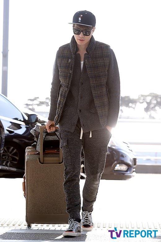 [#PHOTO #이동욱 #MAMA #LeeDongWook #공항패션] 홍콩에서 열리는 '2014 Mnet Asian Music Awards'에 참석하기 위해 오늘(2일) 오후, 출국한 배우 이동욱씨의 모습을 전해드립니다~♬