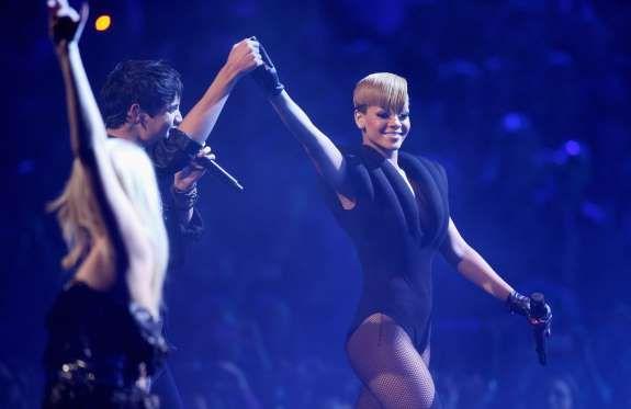 También de 2009 es este body de Rihanna, con varios pliegues en el pecho. - Getty Images