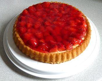 Erdbeer biskuit kuchen mit vanillepudding