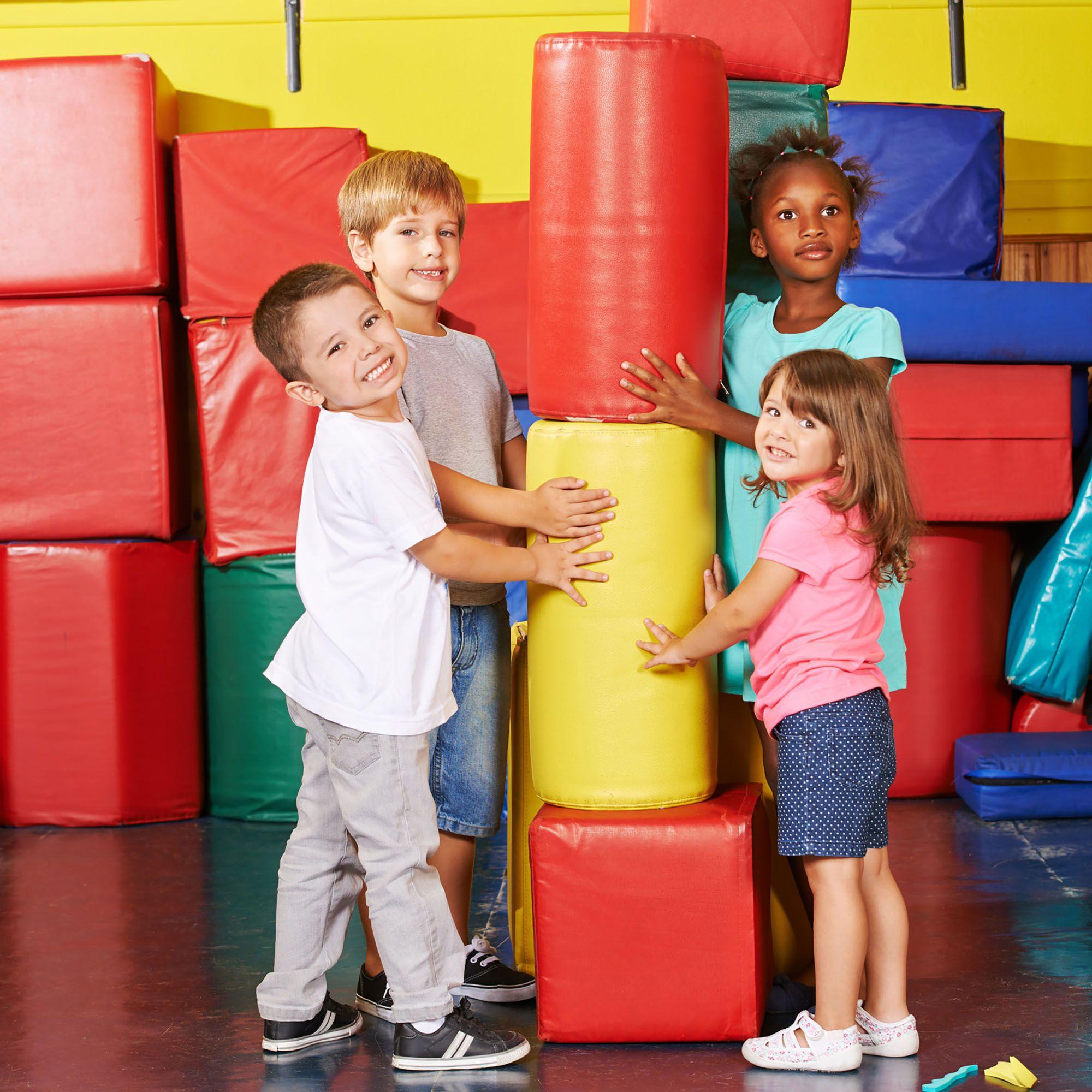 Polytex Matratzen Kinder spielen mit Schaumstoffbausteinen