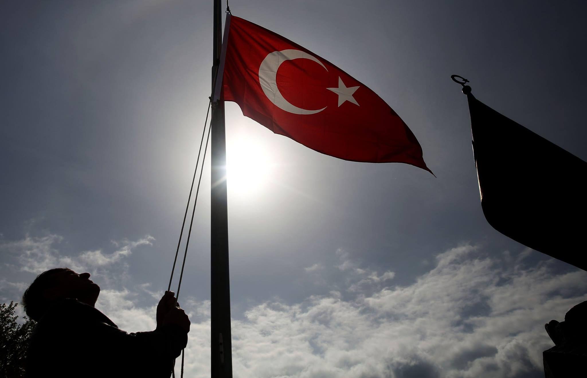 Gelibolu yarımadası, Şehitleri Anma Günü ve Çanakkale Deniz Zaferi'nin 101. yılı dolayısıyla yarın yapılacak törenler için Türk bayraklarıyla donatıldı.