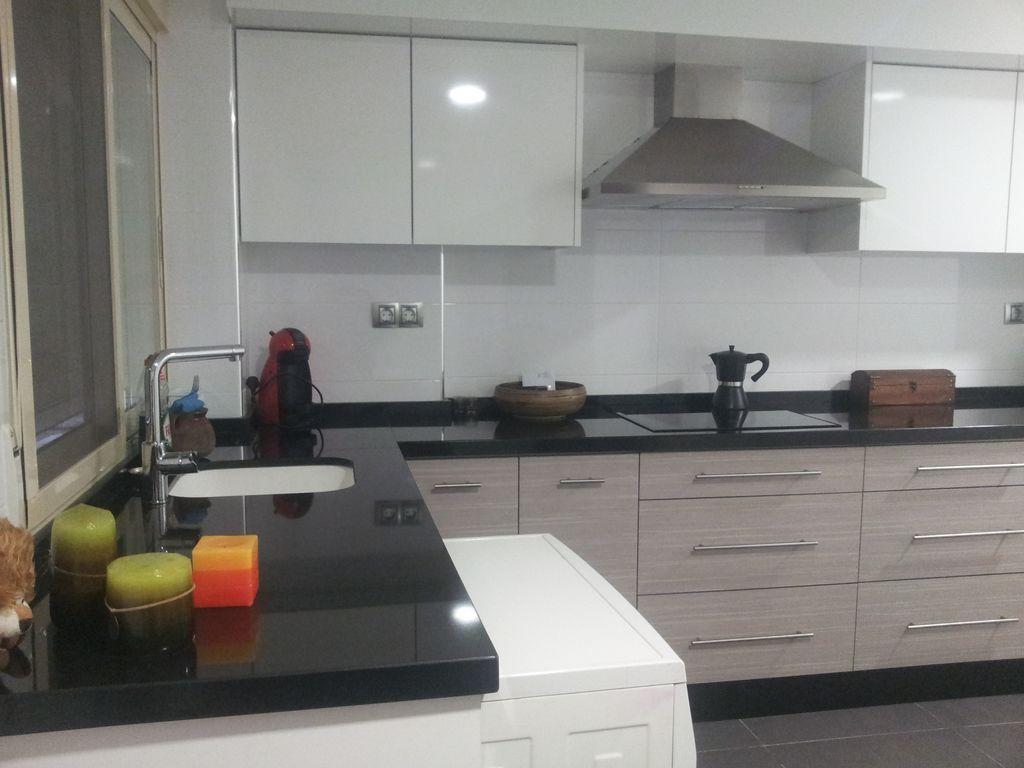 Cocina en blanco y beige y solado en gris chacon for Cocinas en valencia