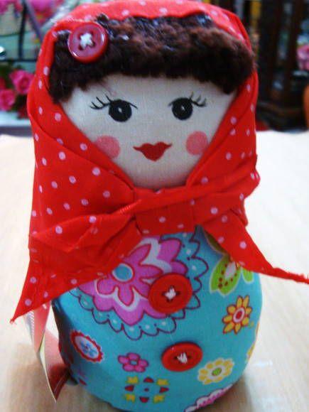 Uma linda Matrioska de tecido floral e lencinho de poá vermelho.