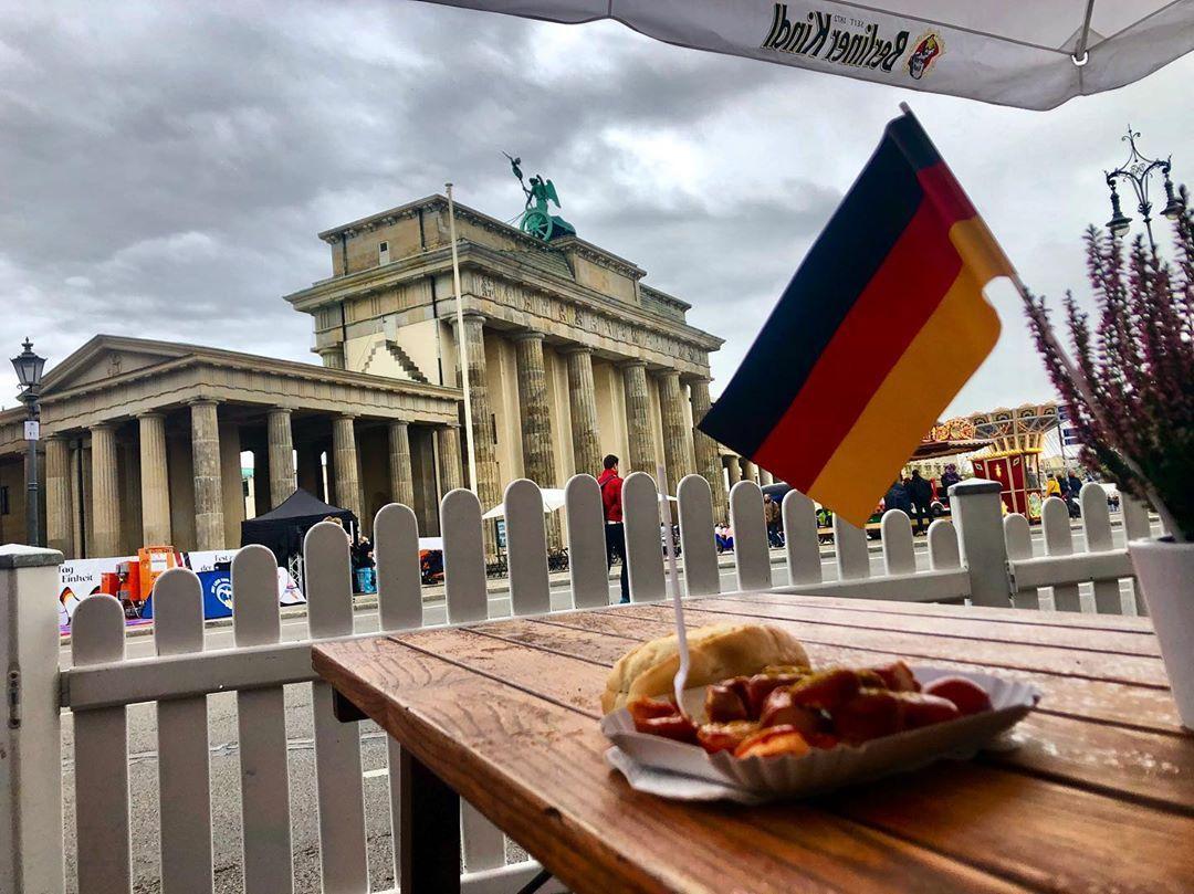 Mehr Klischee Auf Einem Foto Ist Fast Nicht Moglich Germany Berlin Currywurst Brandenburgertor Gartenzaun Deu Gartenzaun Garten Deutschland Fahne
