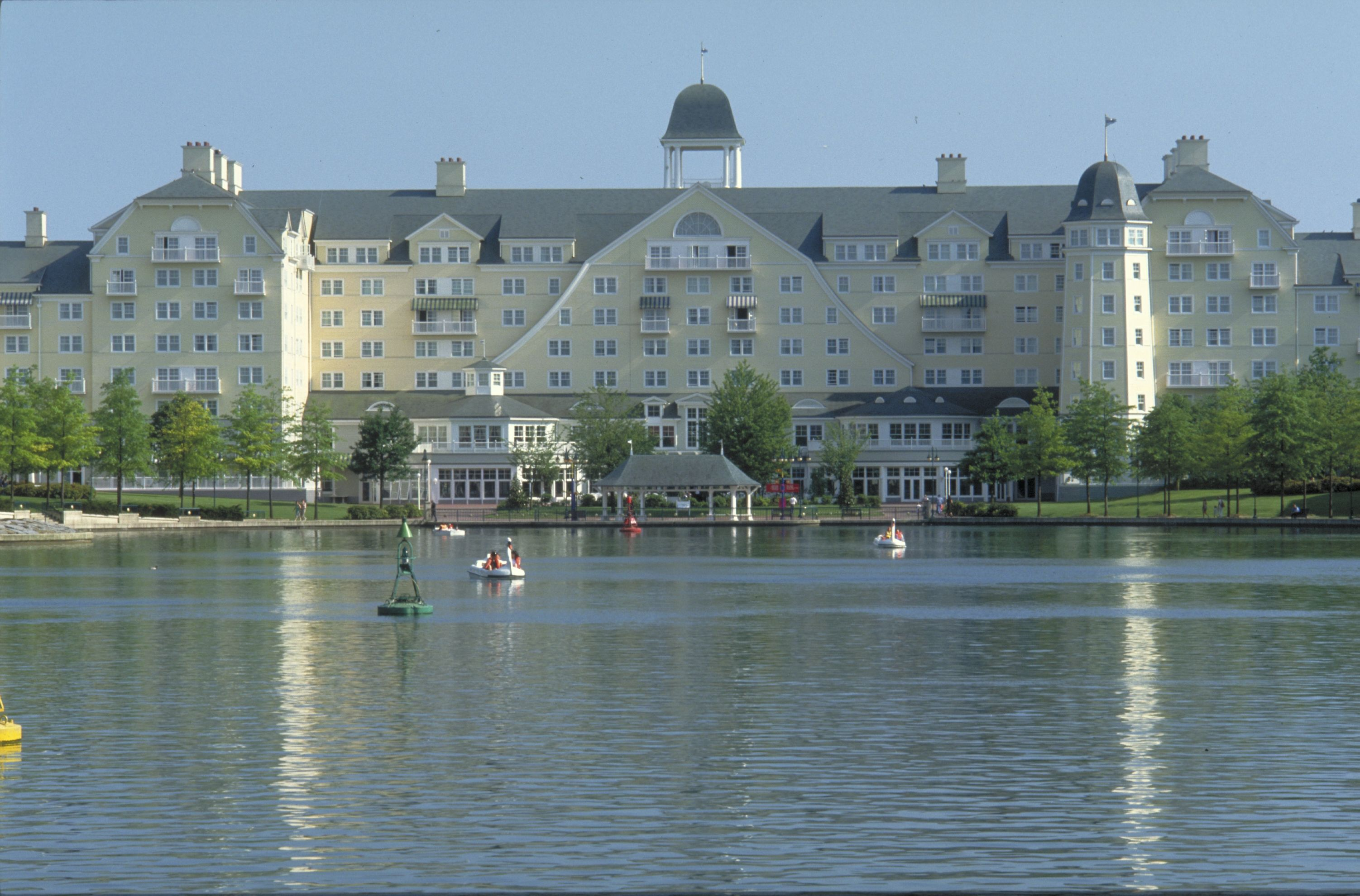 Disney hotels newport bay club disney 39 s newport bay for Hotels eurodisney
