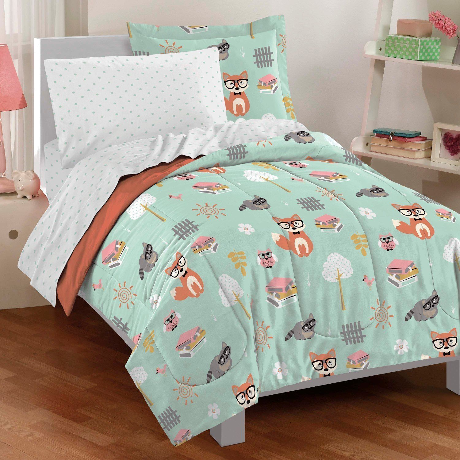 This cute bed in a bag set features woodland animals on a mint