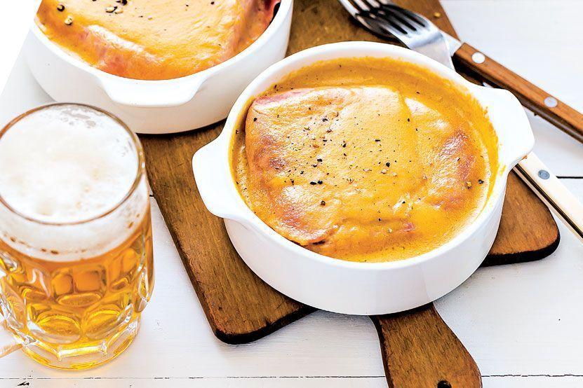 Welsh : notre recette ch'ti #welshrarebit Grâce aux Recettes Ch'tis (Hachette Pratique), découvrez lewelsh, aussi appelé welsh rabbit ou welsh rarebit, qui était à l'origine une façon de désigner ce plat comme un substitut à la viande de lapin. C'est aujourd'hui le mets incontournable des brasseries du Nord-Pas-de-Calais. A base de cheddar fondu et de bière, il est traditionnellement servi sur une tranche de pain grillé.