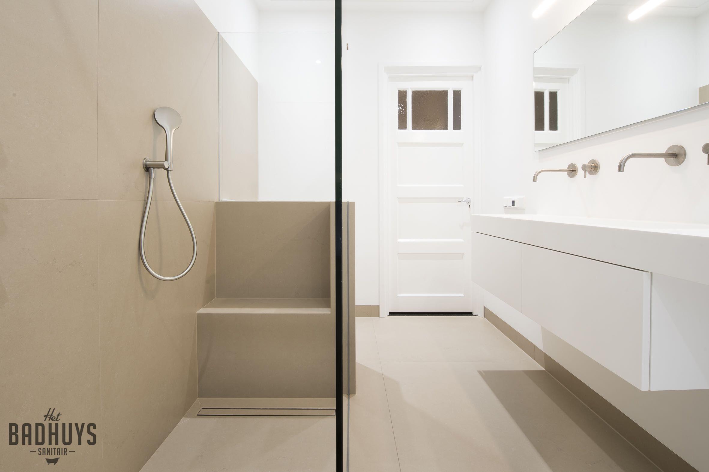 Strakke Badkamer met Himacs maatwerk meubel, Het Badhuys | Het ...