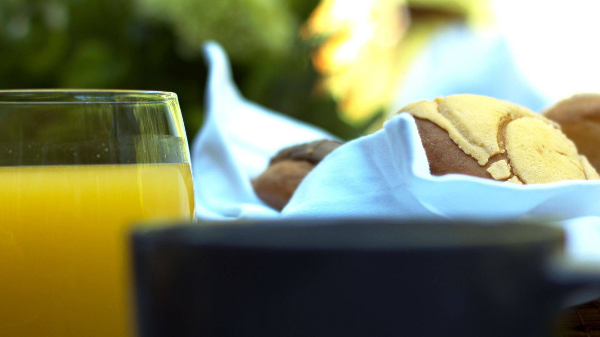 Un delicioso desayuno con café, jugo y pan recién horneado.