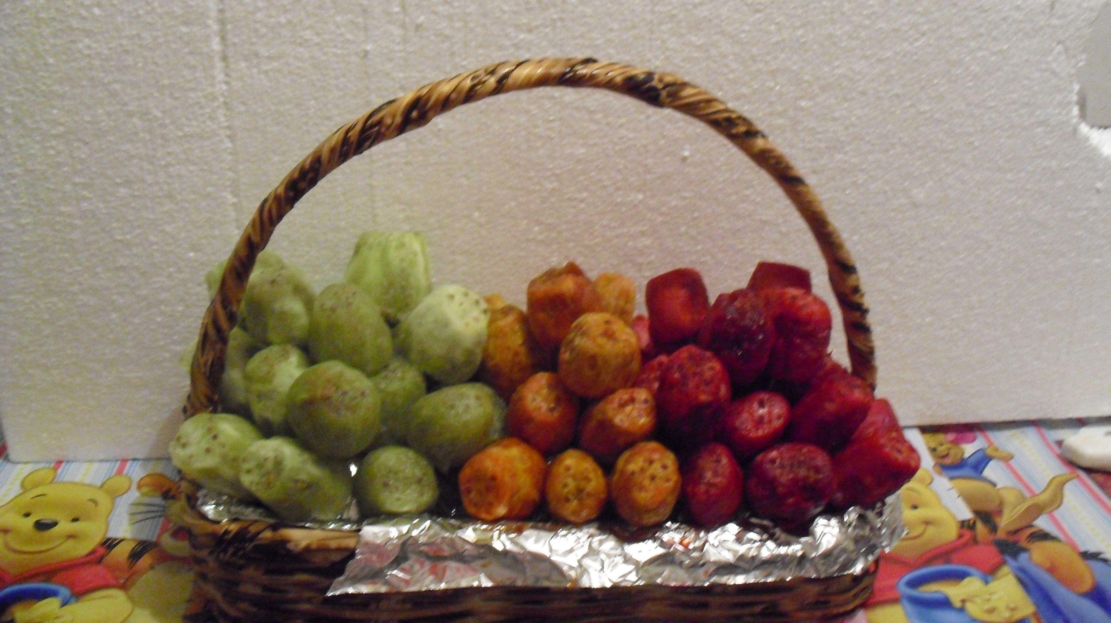 Canasta con tunas fruta de la temporada centros de for Centros de mesa con frutas