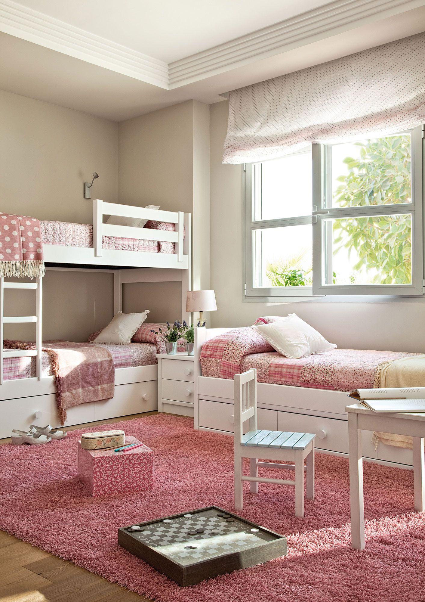 Habitaci n infantil con litera y una cama bajo la ventana for Cama habitacion infantil
