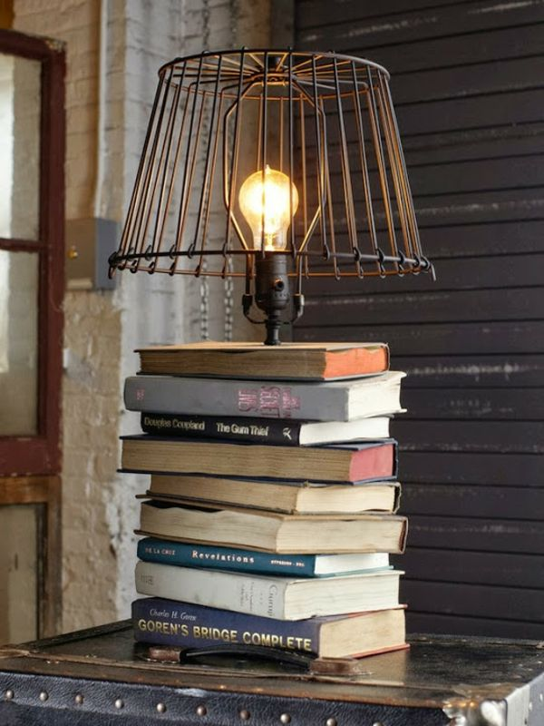 Popular DIY Tischlampe mit Tischfu aus B chern gl hbirne idee basteln