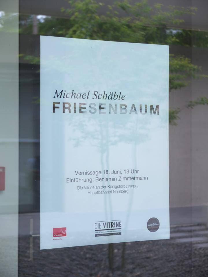"""Plakat und Flyer. Michael Schäble ist Kunststudent an der Akademie der Bildenden Künste Nürnberg. Bei der Ausstellung """"Friesenbaum"""" handelte es sich um eine Einzelausstellung in der Vitrine Nürnberg. Unsere Aufgabe war die gestalterische und konzeptionelle Umsetzung von Plakat und Flyer."""