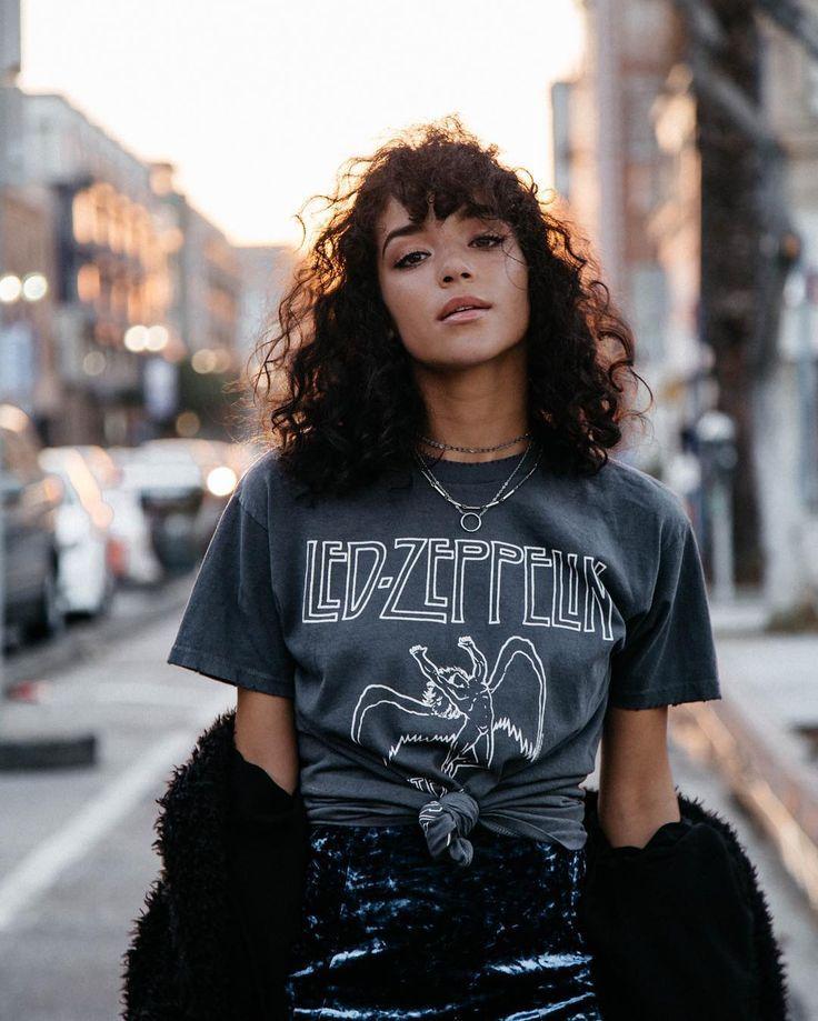Vintage Porträt: Retro Schönheit mit Locken und Led Zeppelin Bandshirt. #Porträt #Fotoshooting #Fotografie #Fotoidee