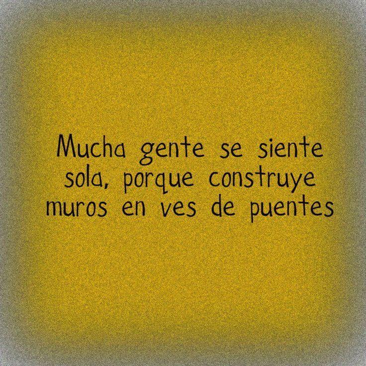 Mucha gente se siente sola, porqué construye muros en vez de puentes. Frases / Citas en español