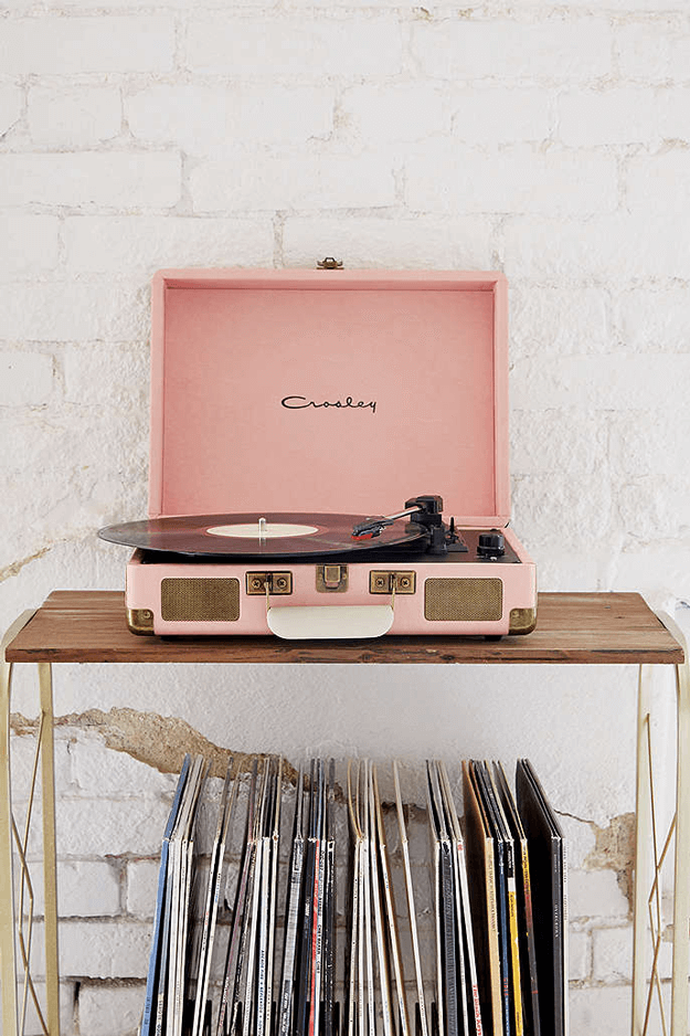 vintage weihnachten #weihnachten #2020 dusty pink vinyl record player, pantone pale dogwood, rose quartz, dusty peach, dusty rose, blush pink, blush rose, salmon pink, white brick wall #vintageweihnachten