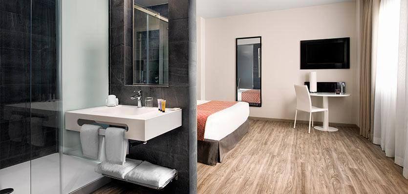 Otra perspectiva de habitación+baño en el Hotel Innside Madrid Suecia