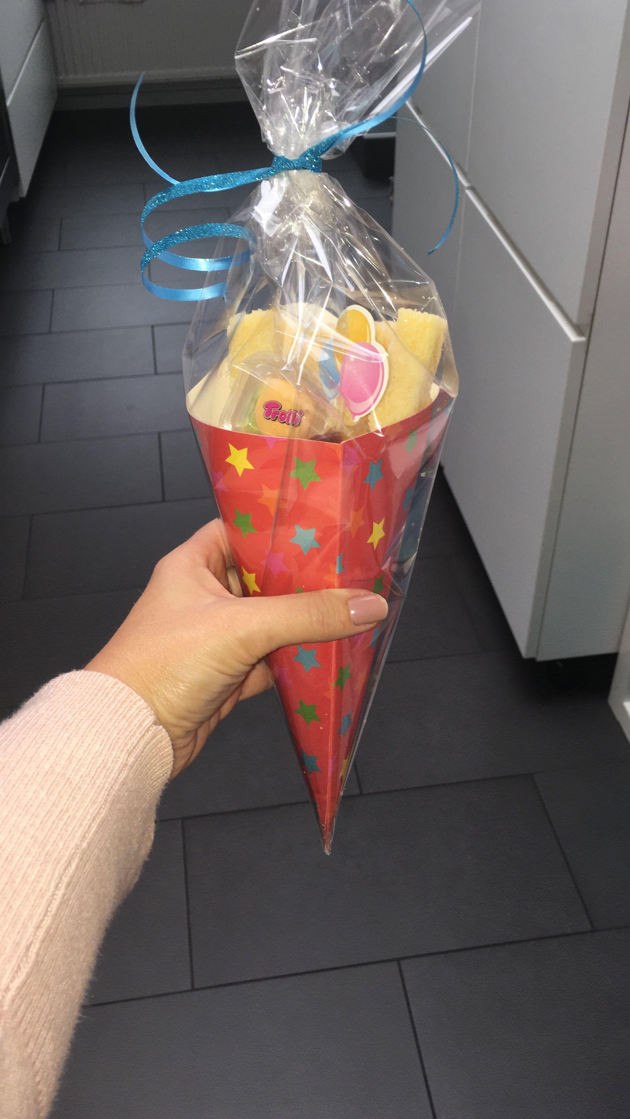 Uitdeel cadeautje; Cake frietjes Marshmallow als mayo Cola flesjes en een hamburgertje erbij