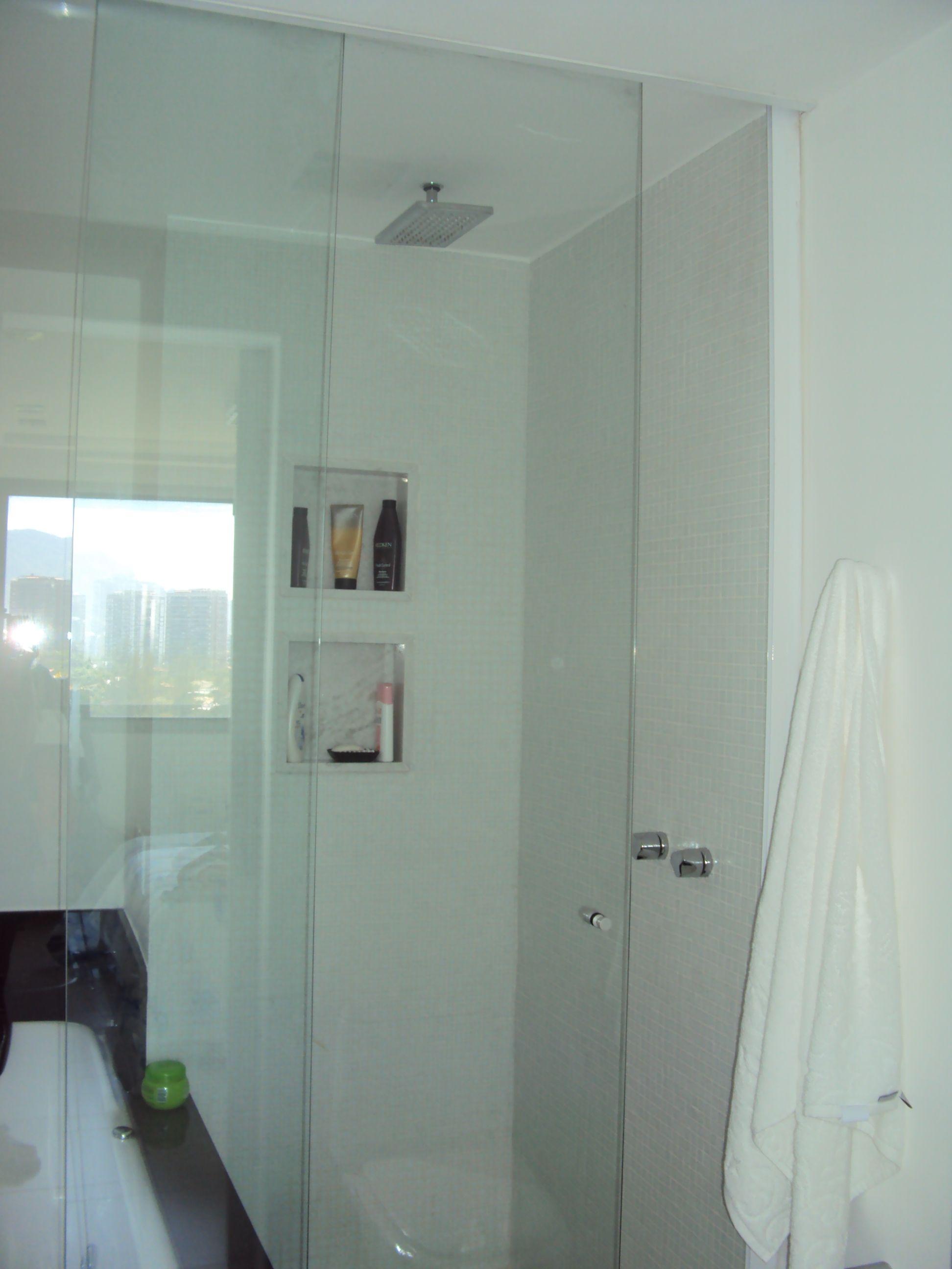 banheiro pequeno com banheira e chuveiro separados - projeto Margareth Maria