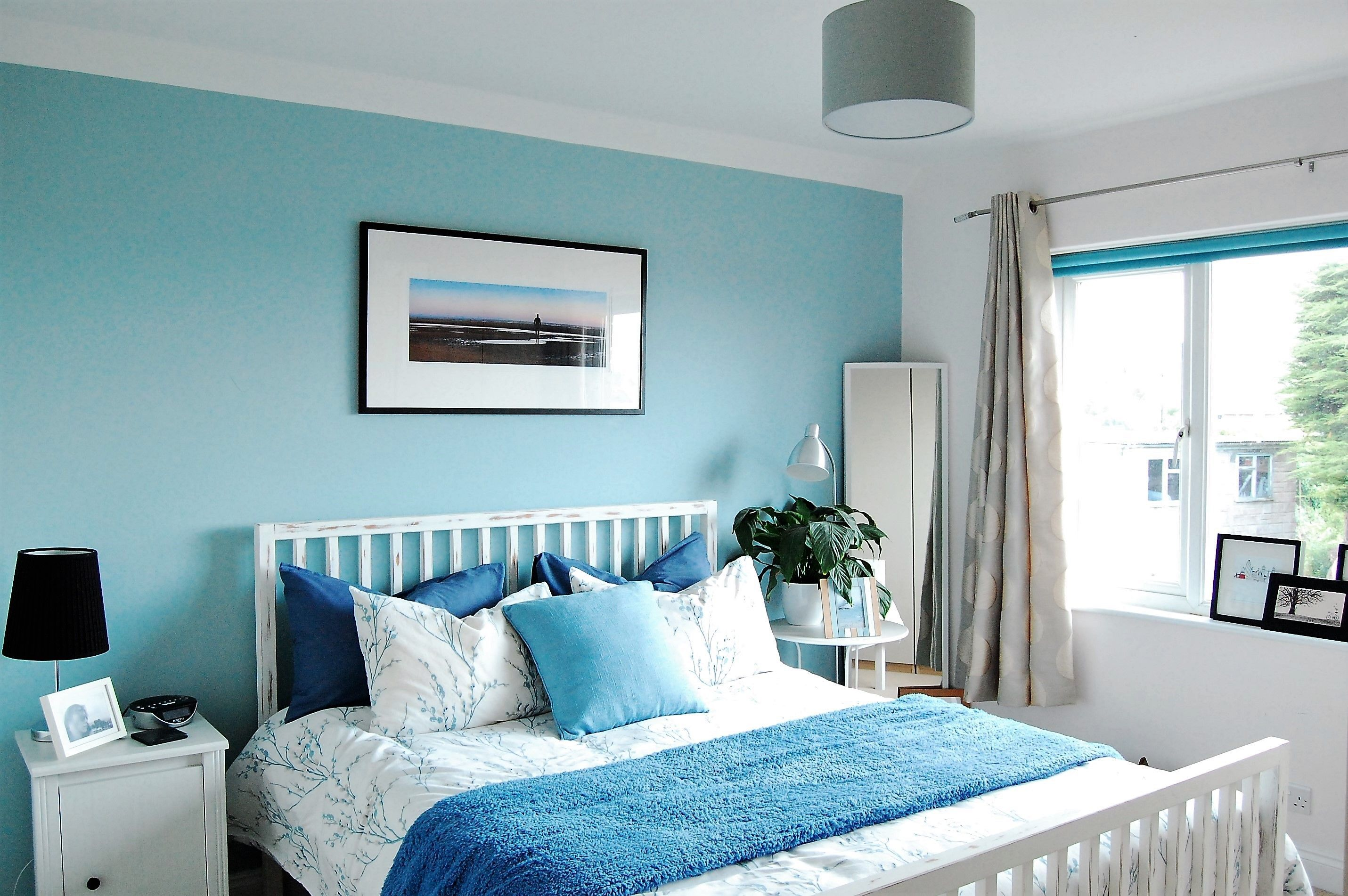 Blue bedroom by the sea, blue cushions, light blue bedroom ...