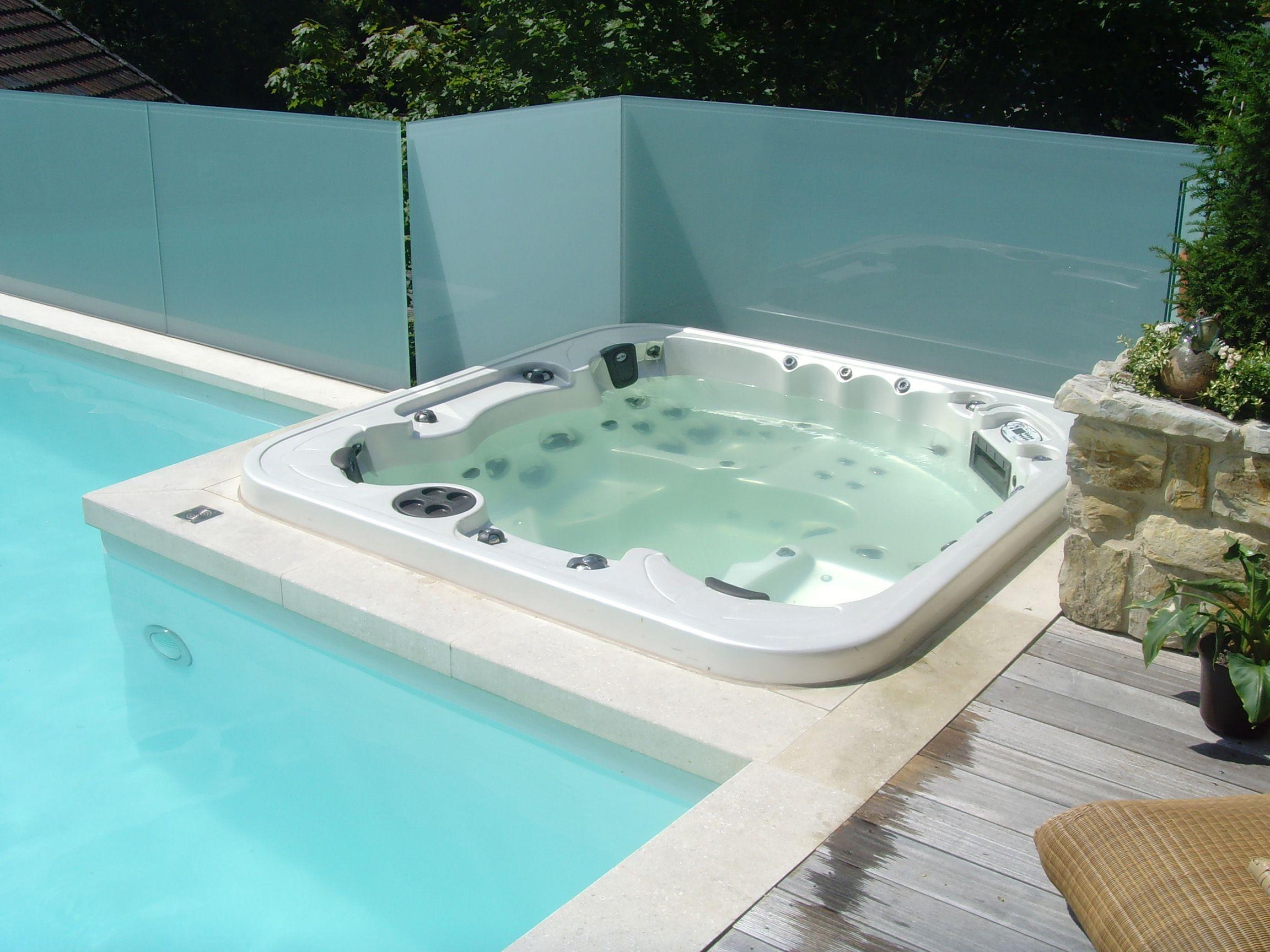 dieser swimmingpool wurde um einen whirlpool erg nzt die klassische kombination wie sie vielen. Black Bedroom Furniture Sets. Home Design Ideas