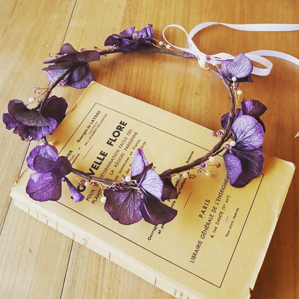 Couronne de fleurs hortensia violet et perles
