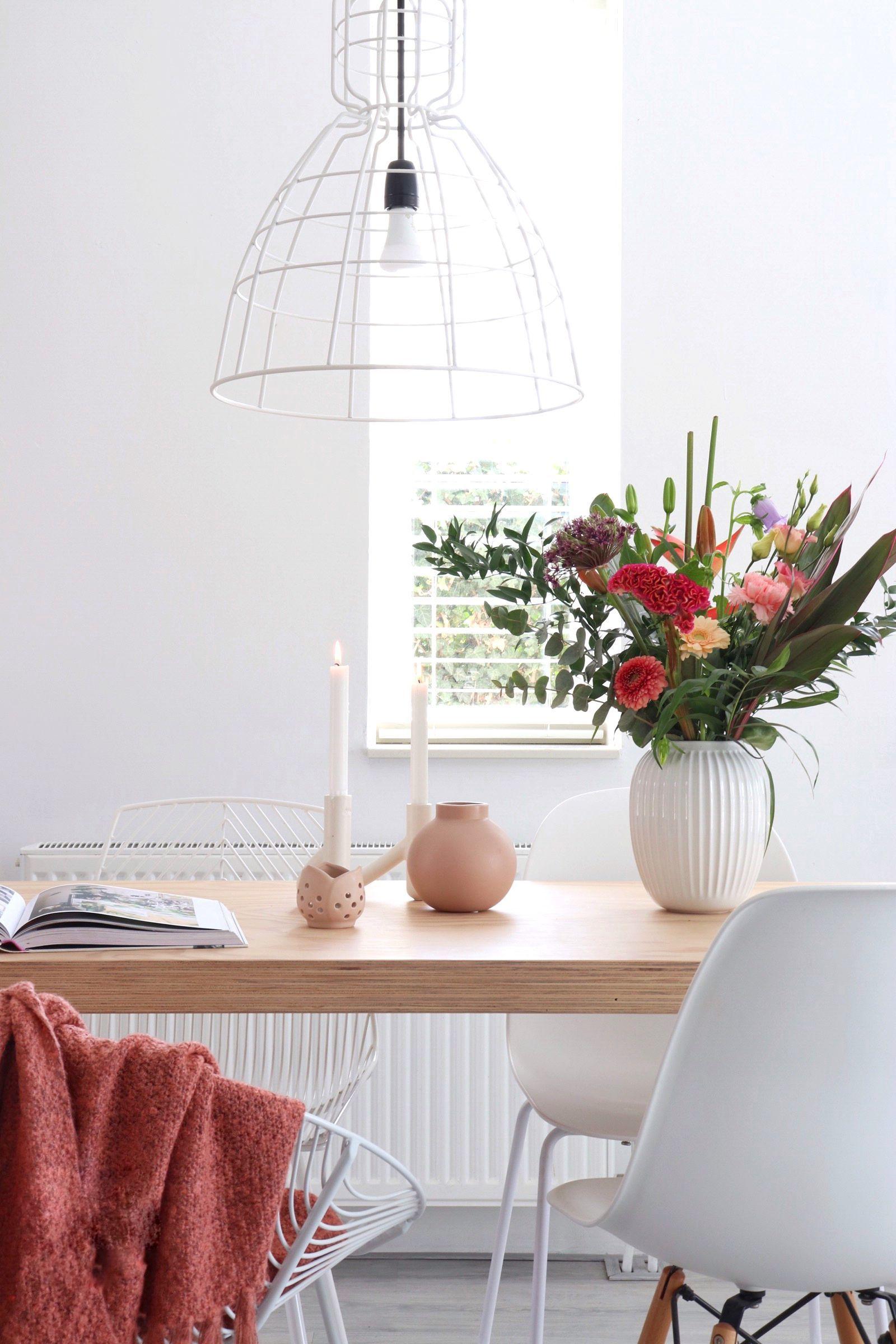 Mooie Decoratie Op Een Houten Eettafel In Een Romantisch Scandinavische Stijl Home Deco Thuisdecoratie Thuis