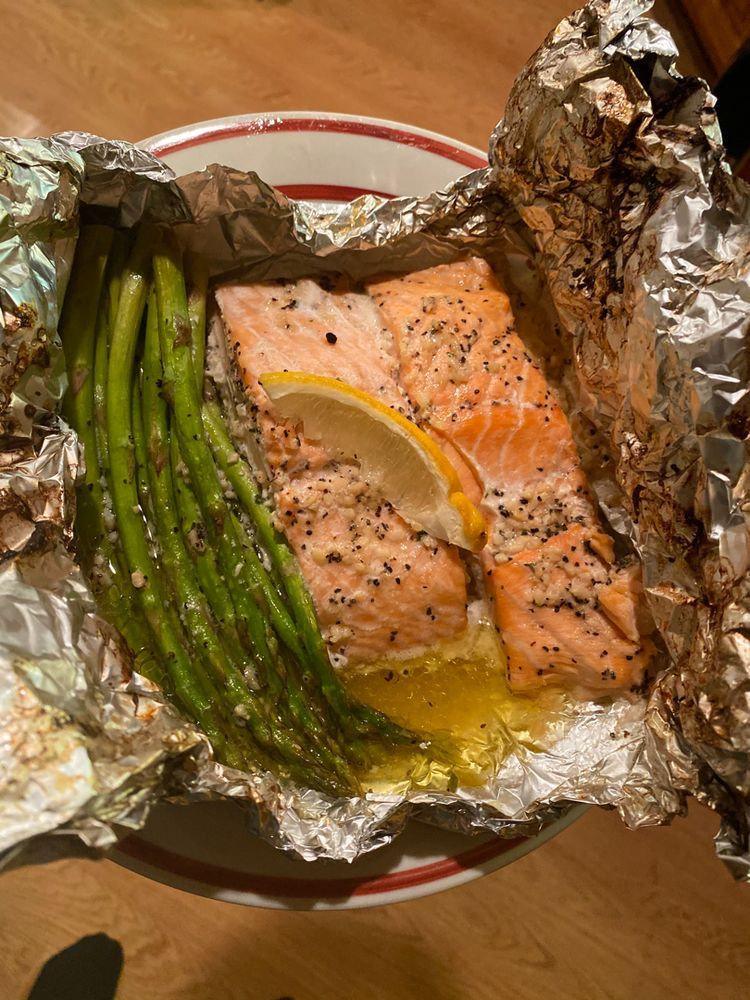 Salmon and Asparagus Foil Packs with Garlic Lemon Butter Sauce | Salmon and Asparagus Garlic