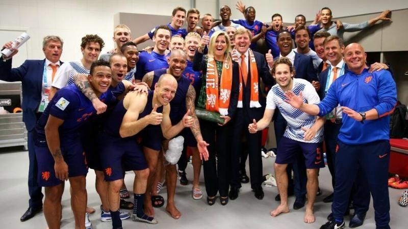 Koning Willem-Alexander en koningin Máxima na de gewonnen wedstrijd tegen Australië in de kleedkamer