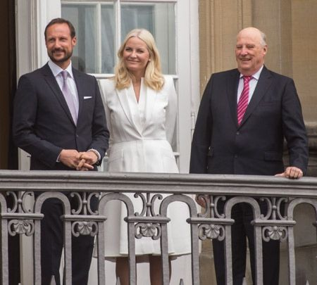 Crown Prince Haakon, Crown Princess Mette-Marit with King Harald V of Norway on a neighboring balcony | Billedbladet