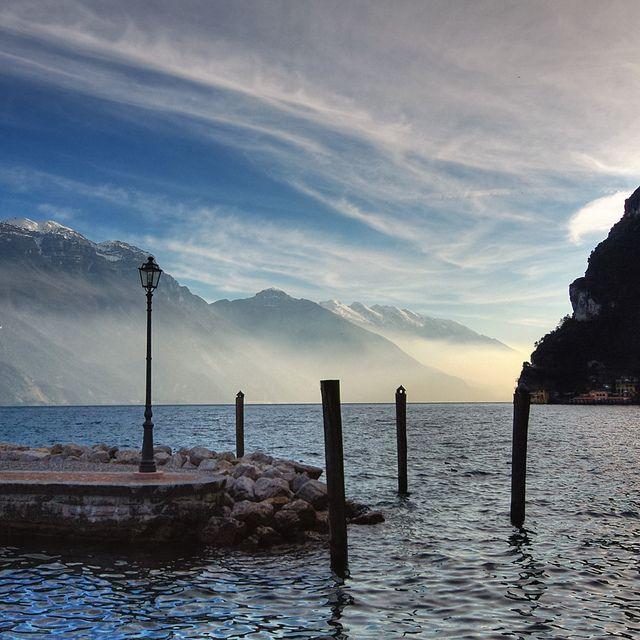 """""""Elementi che si uniscono: mare, monti e cielo"""" Riva del Garda, Trentino-Alto Adige #GardaConcierge"""