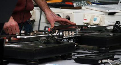 Zweifarbton, Technics SL 1210 MK2, Vestax PMC-05 Pro D Samurai, Shure M447 DJ-System, HTWG Konstanz