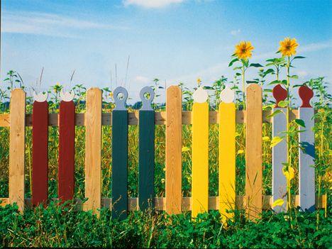 Gleiche Zaunlatten, unterschiedliche Farben Zaun Kita - gartenzaun holz selber bauen