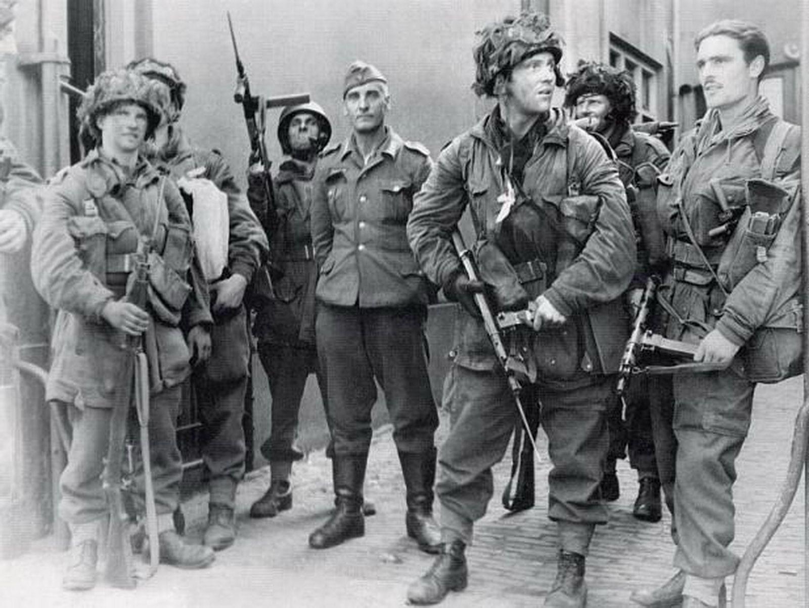 British Paratrooper Sten guns : Steel_Division