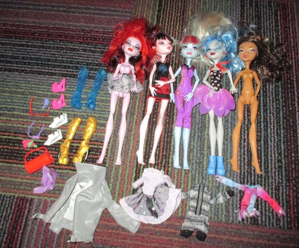 LOT OF 5 MATTEL MONSTER HIGH DOLL WITH SHOES, CLOTHING, COUPLE ACCESSORIES, GUC #MATTEL