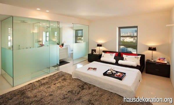 moderne schlafzimmer mit ensuite badezimmer mit zuckerguss glaswnde fr datenschutz - Schlafzimmer Mit Badezimmer