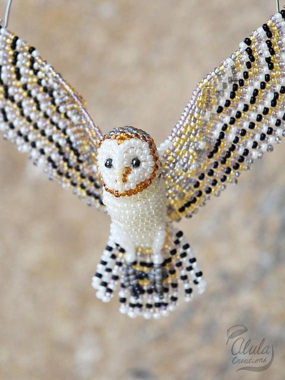 Búho granero * Un cazador de sol, adorno de búho con cuentas, broche de pájaro, collar de pájaro, regalo de amante del pájaro, figura de búho granero, decoración con cuentas / hecho a la orden