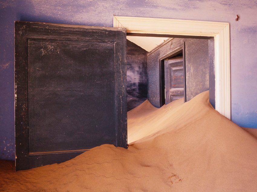 Im Sand versunken:  Der Anblick trügt, die Türen sind nicht etwa zu klein -...
