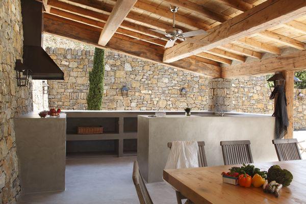 Terrasse couverte au charme provençal avec toiture à la charpente ...