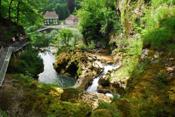 Bourg De Sirod Les Pertes De L Ain Jura Par Martine Schnoering Jura Touriste Ruines Du Chateau