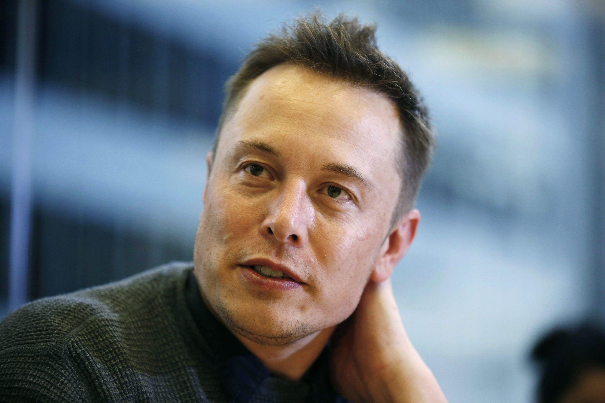 Musk apresentou telhas, com texturas, que contam com células solares integradas – e que são praticamente idênticas as telhas tradicionais que conhecemos.