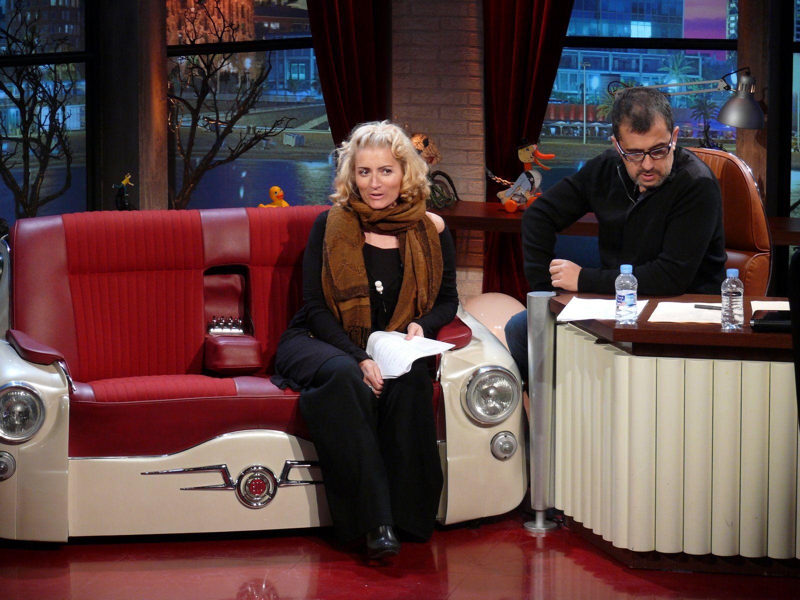 Silvia Abril Andreu Buenafuente Bfn Buenafuente T V Show Sofa 600 Vespa Chair
