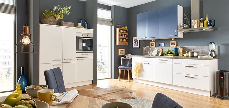 Arredare cucina con mobili su misura, abbinamento di colore bianco e ...