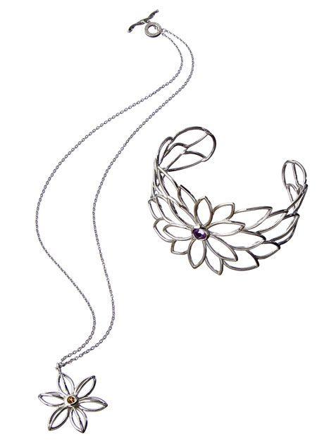Flower necklace with bracelet