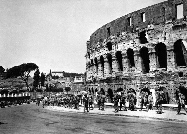 WWII photo American soldiers on the background of the Roman Colosseum 44i