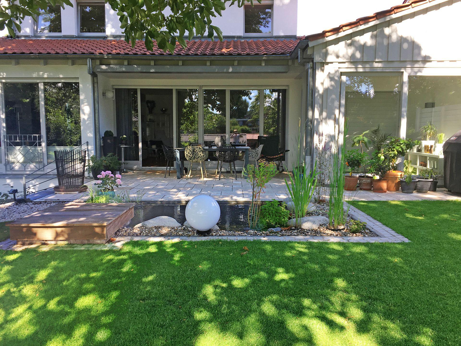 Gartenteiche an terrasse  Kleiner Gartenteich an einer Terrasse aus travertin. Ein ...