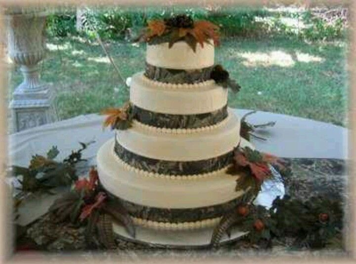 camo themed wedding reception supplies   Camo wedding cake ...
